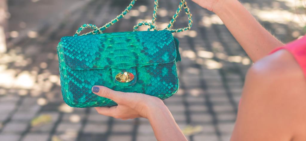 Трендом сезона осень-зима 2019-2020 являются модные женские сумки из кожи рептилий и имитации из нее.