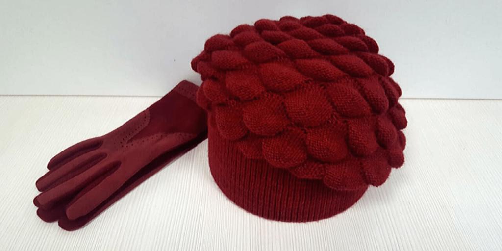 Бордовые замшевые перчатки и шерстяной буфет согреют в холода