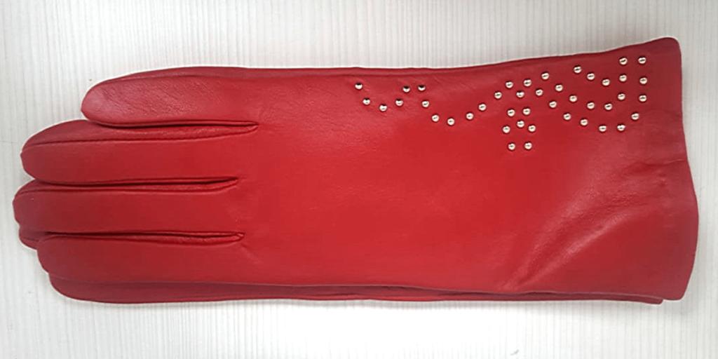 В тренде - красный цвет перчаток